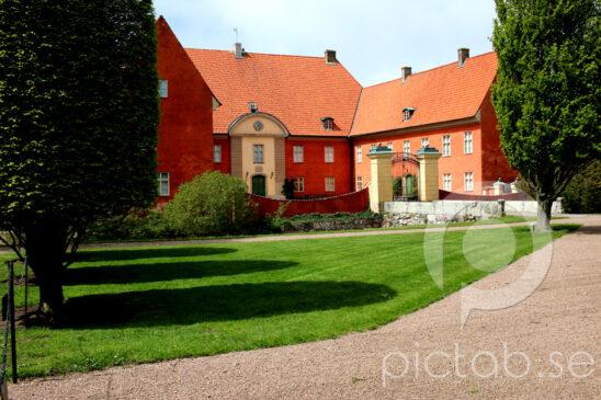 Krapperups slott  Krapperup är ett slott i Brunnby socken, Höganäs kommun. Den är en av Skånes äldsta och historiskt sett viktigaste sätesgårdar med anor från 1300-talet. Idag ägs och drivs godset av Gyllenstiernska Krapperupsstiftelsen. Slottet har en naturromantisk park med porlande bäckar, slingrande stigar och flera exotiska träd.  Kullens konstförening använder det gamla stallet längs vägen som konsthall. I den före detta smedjan på innergården finns slottsbod och kaffestuga. Kostallet är ombyggd till musikhall där konserter anordnas sommartid.