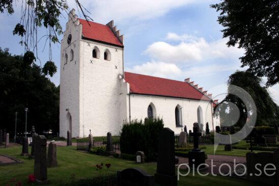 Rebbelberga kyrka Rebbelberga kyrka ligger i norra delen av Ängelholm. Redan vid 1100-1200 talets sekelskifte fanns det en stenkyrka här. Den utgjordes av ett tvåkvadratiskt långhus med ett långsmalt rakskuret kor. En mindre rest av den ursprungliga västgaveln finns kvar i den nuvarande kyrkan, på den plats där tornet är beläget.  Kyrkan genomgick en total omvandling 1866-1867. Då byggdes det nya murar utanför de äldre murarna, vilka revs när byggnationen var klar. Det nya långhuset försågs med trappgavlar och avslutades av ett absidliknande utsprång i öster. Vid ombyggnaden 1934 ersattes detta med ett rymligt rektangulärt kor. Då uppsattes även tornuret som är en gåva till kyrkan. Ytterligare en del små förändringar har skapat det kyrkorum som möter oss idag, och som gör Rebbelberga kyrka till en kyrka på gammal grund, i modern nutida miljö.  Kyrkans altaruppsats från 1911 är ritad av domkyrkoarkitekt Theodor Wåhlin. Den framställer Jesus Kristus med de två lärjungarna i Emmaus. Dopfunten, som har tillhört den äldre kyrkan, tillverkades 1743. Dopfatet i mässing är daterat till 1500-talet och är det äldsta inventariet som fortfarande används.  Rebbelbergakrucifixet räknas som ett av Skånes äldsta. Det har skurits under romansk tid och framställer Kristus som den segrande konungen. Krucifixet förvaras i Lunds Universitets Historiska Museum.