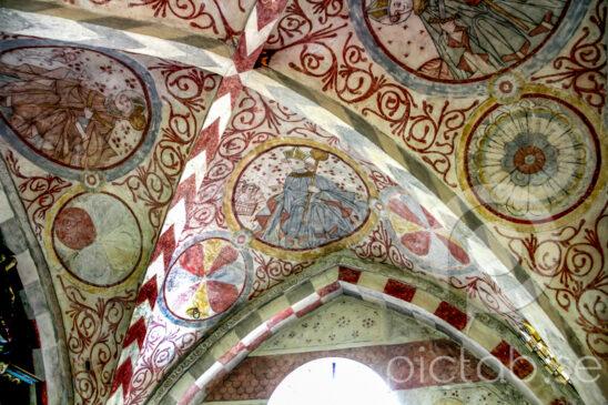 Långaröds kyrka  Tegelkyrka byggd omkring 1160. Det är en romansk kyrka, har långhus, halvrundat kor och  halvrundad absid. Högt sittande medeltida fönster är typiskt medeltida. Målningarna i taket är troligen från 1400 talet. På 1850 talet byggdes tornet och en tillbyggnad åt väster. Dopfunten är original från 1100 talet Förmodligen den äldsta kyrkan i Skåne/ Sverige som är byggd i tegel gjord direkt på platsen